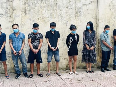 Chủ quán karaoke phối hợp bắt quả tang 8 thanh niên