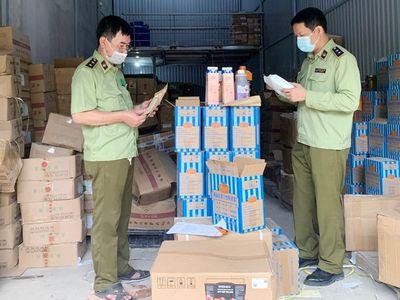 Hà Nội: Thu giữ hàng tấn nguyên liệu trà sữa ghi tên thương hiệu nổi tiếng, chưa rõ nguồn gốc