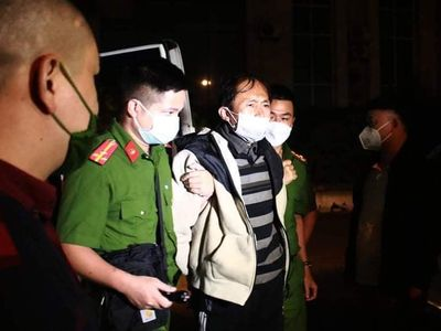 Cận cảnh đối tượng sát hại 3 người thân được di lý về tới Công an Bắc Giang