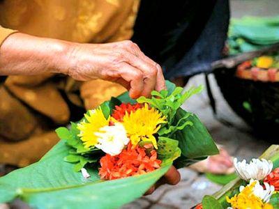 Gánh hàng hoa níu miền ký ức của cụ bà ở phố cổ Hà Nội