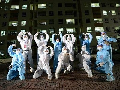 Ca sĩ Cẩm Vân, Tóc Tiên mặc đồ bảo hộ hát tại Bệnh viện dã chiến TP. HCM