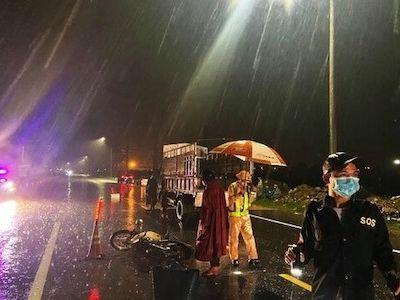 Bình Định: Đi chợ giữa đêm mưa, cặp vợ chồng cao tuổi gặp tai nạn tử vong