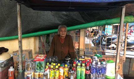 Hoàn cảnh - Thanh Hóa: Xót xa hoàn cảnh cụ bà hơn 90 tuổi gần 50 năm bán nước trước cổng bến xe