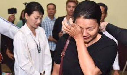 Tin tức giải trí - Dàn nghệ sĩ Việt nghẹn ngào tiễn biệt diễn viên Lê Bình về nơi an nghỉ cuối cùng
