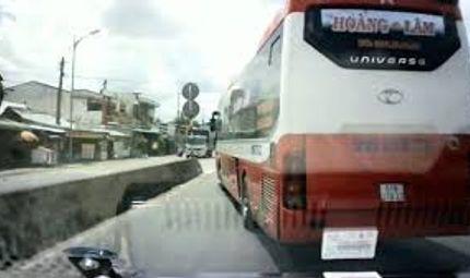 Video-Hot - Video: Xe cứu thương liên tục hú còi, xe khách vẫn chèn ép không nhường đường