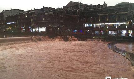 Tin thế giới - Phượng Hoàng cổ trấn ngập trong biển nước lũ giữa lo lắng vỡ đập Tam Hiệp