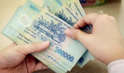 Tình huống pháp luật - Từ năm 2021, khi nào lương của chồng được chuyển thẳng vào tài khoản vợ?