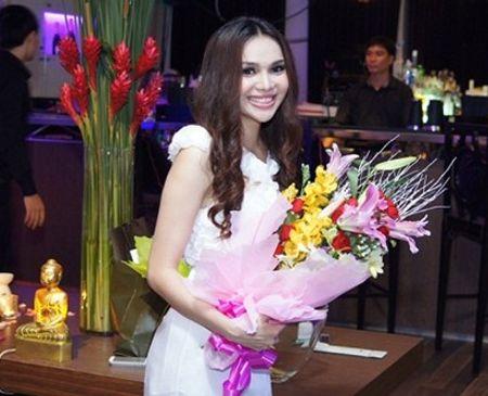 Người đẹp diện một bộ váy dạ hội trắng vô cùng gợi cảm và xinh đẹp.