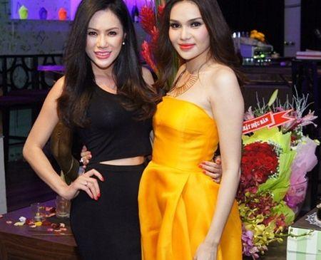 Hoa hậu Châu Á tại Mỹ Victoria Phương Nguyễn cũng đến mừng sinh nhật người đẹp.