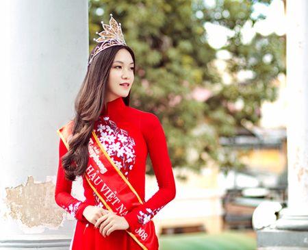 Kỷ niệm 5 năm đăng quang Hoa hậu Việt Nam, nhan sắc Đà Nẵng thực hiện bộ ảnh kỷ niệm trong tà áo dài đỏ rực rỡ. Cô cho biết, mỗi lần đội vương miện, cô cảm nhận được trách nhiệm của danh hiệu và luôn cố gắng làm cho vương miện tỏa sáng hơn.