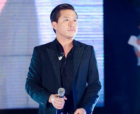 Anh hát liên tục 5 ca khúc hit đang được khán giả yêu thích bằng chất giọng khàn, ấm để đáp lại tình cảm của khán giả.