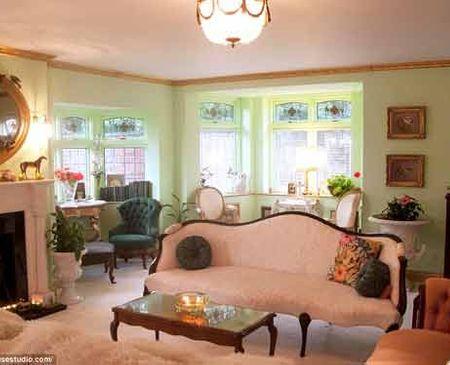 """Ngôi nhà giống như một """"thiên đường"""" với những đồ trang trí mang màu hồng, bức tường hồng, hoa hồng và những chiếc đèn thắp sáng lung linh huyền ảo."""