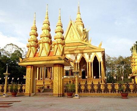 Kỹ sư xây dựng Thạch Cao Minh, người thiết kế xây dựng 9 ngôi chùa cho đại gia Trầm Bê tiết lộ, số tiền đại gia Trầm Bê bỏ ra để xây dựng 9 ngôi chùa khoảng hơn trăm tỷ đồng. Trong đó, chùa Vàm Ray là ngôi chùa rộng lớn nhất với số tiền 50 tỷ đồng.