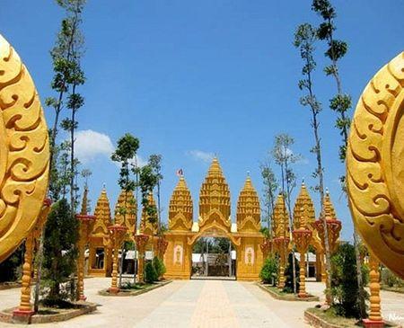 Chùa Vàm Ray tọa lạc tại ấp Vàm Ray, xã Hàm Tân, huyện Trà Cú, tỉnh Trà Vinh, chính thức khánh thành ngày 22/5/2010. Đây là ngôi chùa Khơ-me lớn nhất Việt Nam, một nơi để các đồng bào Phật tử Khơ-me gặp gỡ và tu tâm, tích đức. Chùa được ông Trầm Bê tài trợ, phục chế và cải tạo trong thời gian 3 năm.
