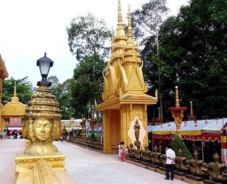 Trong 9 ngôi chùa thì có tới 7 ngôi chùa được xây dựng ở tỉnh Trà Vinh, quê hương của ông Trầm Bê. Trong ảnh là chùa Cà Hom với số tiền ông Trầm Bê đóng góp khoảng 10 tỷ đồng.