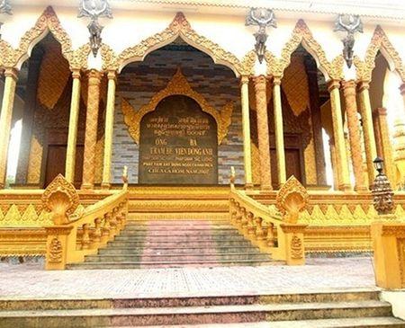 Chùa Cà Hom tọa lạc tại xã Hàm Giang, huyện Trà Cú, tỉnh Trà Vinh.