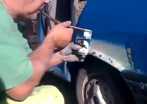 Thế giới Xe - Độc đáo màn sơn ô tô bằng…miệng