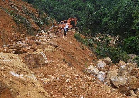 """Đột nhập """"mỏ"""" quặng thạch anh trái phép ở khu vực biên giới Việt - Lào"""