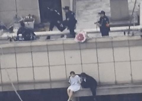 Đời sống - Ôm hoa tới nhà bạn trai cũ nhưng không được vào, cô gái 25 tuổi định nhảy lầu từ tầng 30