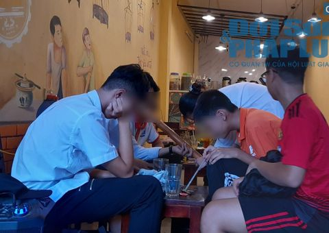 Giáo dục pháp luật - Học sinh Hà Nội ngập tràn trong khói thuốc lào sau giờ học