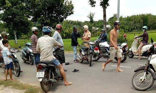 Kẻ trộm chó bị dân vây đuổi, lao thẳng xe máy vào người - Ảnh 1