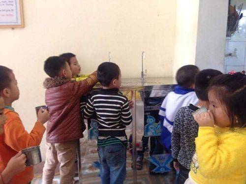 Nhà hảo tâm đưa nước sạch đến với 3.000 học sinh, giáo viên ở Hà Tĩnh - Ảnh 6