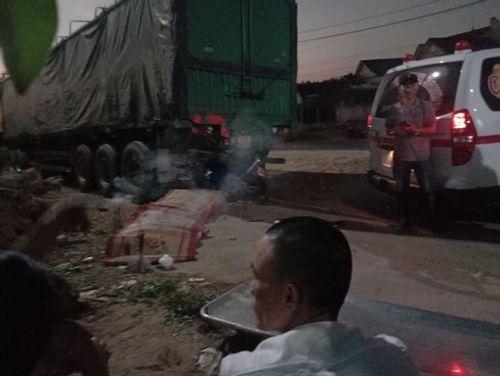 Tin tai nạn giao thông mới nhất ngày 27/12/2019: Xe máy đối đầu xe đầu kéo, đôi nam nữ tử vong tại chỗ - Ảnh 1
