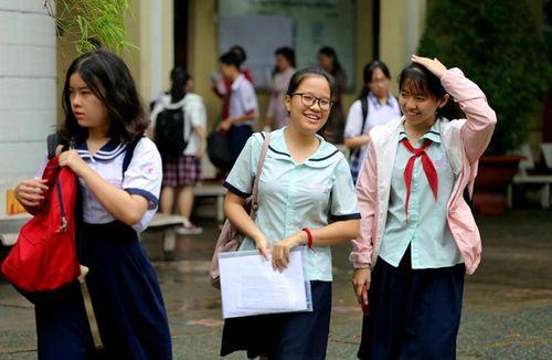 Tuyển sinh lớp 10 ở TP HCM: Thí sinh cười tươi sau giờ thi ngoại ngữ - Ảnh 1