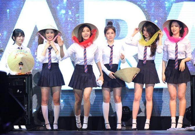 6 cô gái nhóm T-Ara đội nón lá trong minishow khiến fans phát sốt - Ảnh 1