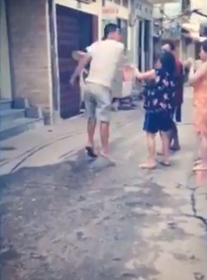 Nam thanh niên dùng dép đập túi bụi vào mặt một phụ nữ lớn tuổi