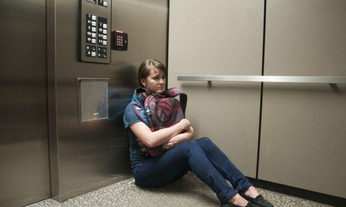 Sức khoẻ - Làm đẹp - Cần làm gì để thoát thân nếu gặp sự cố thang máy?