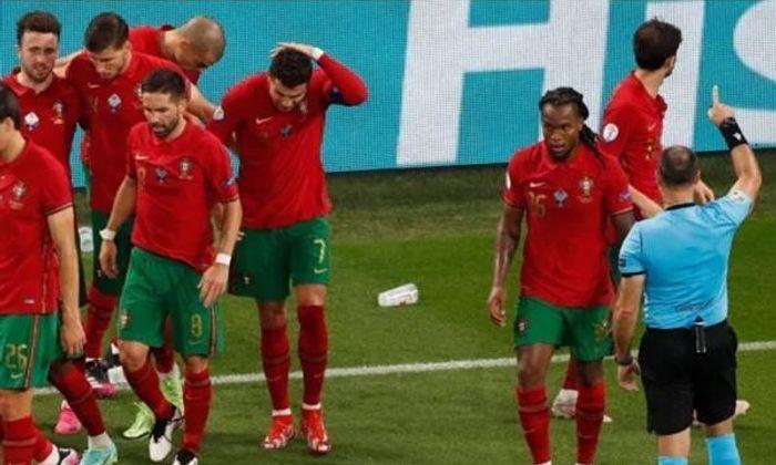 Bóng đá - EURO 2020: Lập cú đúp penalty, Ronaldo bị CĐV quá khích ném thẳng chai coca vào mặt