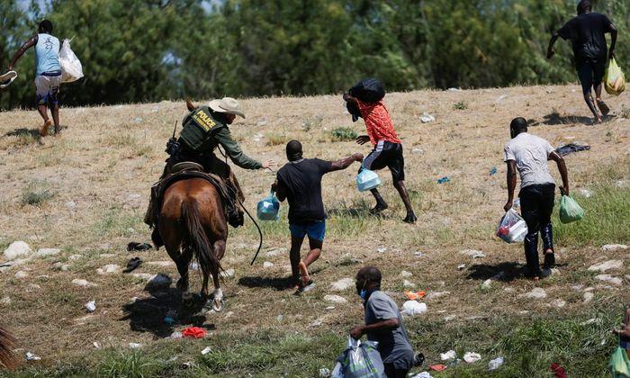 Tin thế giới - Hình ảnh lính biên phòng Mỹ quất roi ngựa vào người di cư gây phẫn nộ