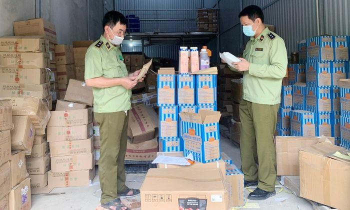 Tin tức - Hà Nội: Thu giữ hàng tấn nguyên liệu trà sữa ghi tên thương hiệu nổi tiếng, chưa rõ nguồn gốc